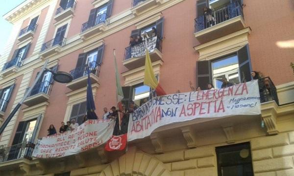 Emergenza casa e taglio operatori socio assistenziali, doppia occupazione al consiglio comunale di Napoli