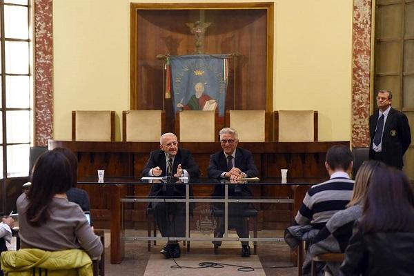 M'illumino d'immEnzo: De Luca finanzia Luci d'Artista, polemica a Salerno