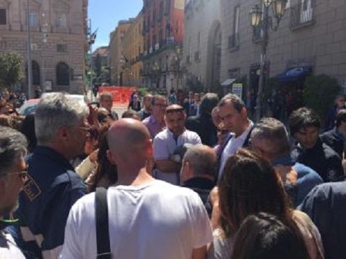 """Napoli Servizi, operatori sociali in piazza dopo la lettera-capestro: """"Intervenga il sindaco"""""""