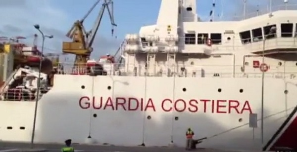 Porto di Napoli, sbarcati 463 migranti. A bordo cadavere di ragazza incinta