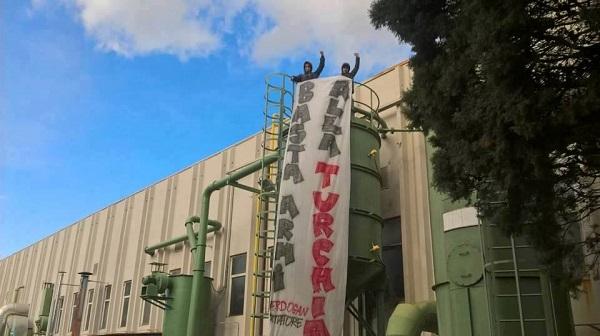 """Blitz attivisti a Benevento, occupata AgustaWestland: """"Basta armare il regime di Erdogan"""""""