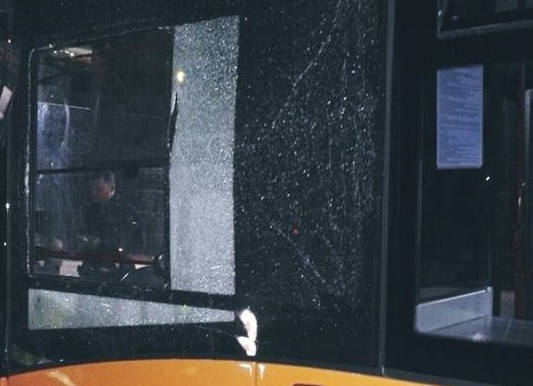 Scampia, nuova sassaiola contro autobus: vetro in frantumi, miravano all'autista