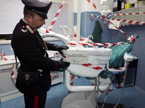 Capodimonte, scoperto studio abusivo: denunciati 2 finti dentisti, sequestrati farmaci scaduti