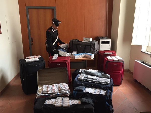 Napoli, 2 quintali di sigarette sui taxi: presi 2 contrabbandieri