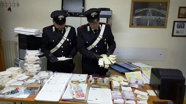 Stampava permessi di soggiorno e carte di identità, scoperta a Barra stamperia clandestina