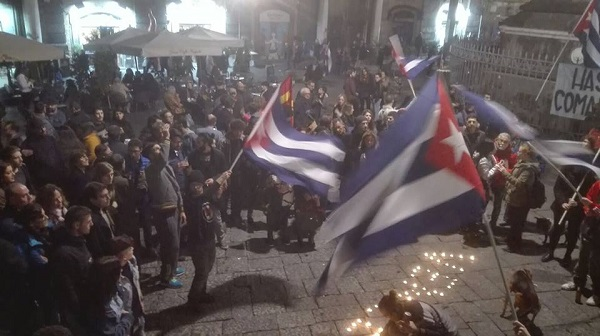 A Napoli l'omaggio a Fidel Castro con musica e bandiere