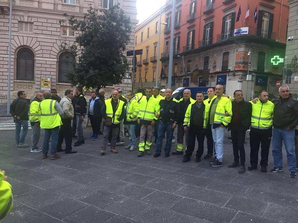 Napoli, sit-in dei lavoratori Net Service sotto il Comune