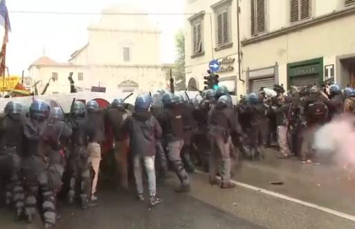 Leopolda contestata, scontri polizia-manifestanti: cariche e lacrimogeni