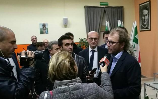 Danneggiata l'auto del sottosegretario Lotti a Napoli, il Pd vede complotti e incolpa de Magistris