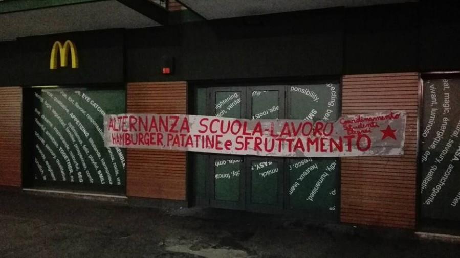 """Alternanza scuola-lavoro, a Napoli blitz da Mc Donald's: """"L'accordo col Miur per sfruttare gli studenti"""""""