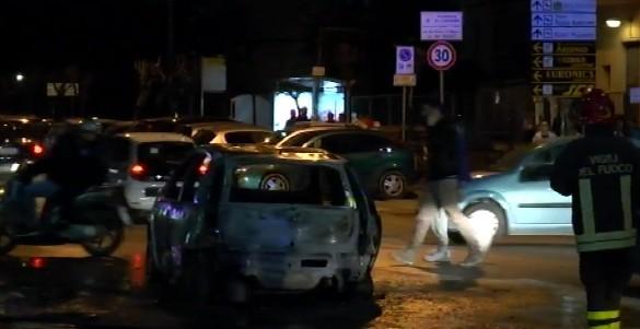 Tensione per Napoli-Dinamo Kiev, taxi bruciato da petardo di tifosi azzurri. Denunciati 4 ucraini