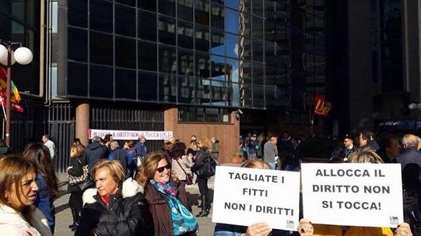 """Vertenza Napoli Servizi, operatori protestano sotto sede societaria: """"Meno fitti, più diritti"""""""