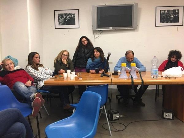 Comune di Napoli, sala del consiglio occupata da operatori sociali licenziati