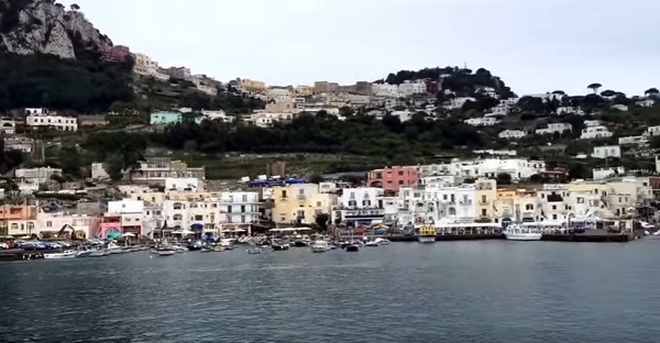 Forte vento, stop ai collegamenti con Capri