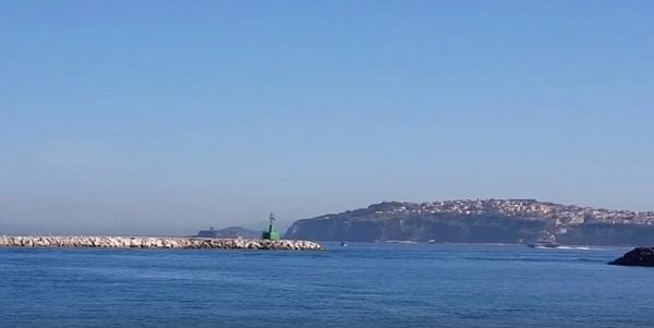 Procida, traghetto insabbiato nel porto per il vento