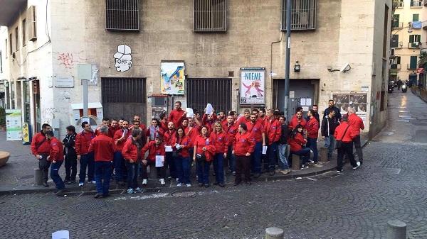 """""""Super stipendi ai manager e tagli ai dipendenti"""": a Napoli protesta dei lavoratori Tim"""