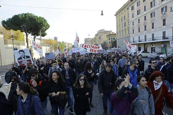 """Referendum, a Roma sfila il popolo del No: """"Non lasciamo la parola al governo"""""""