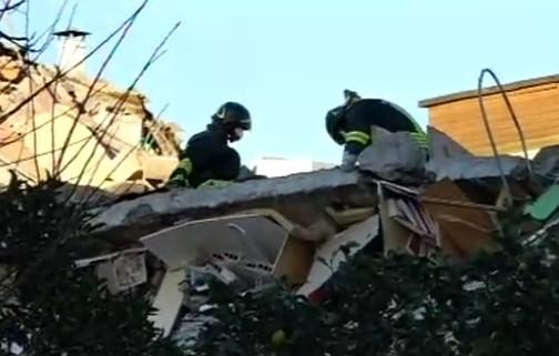 Roma, crolla palazzina ad Acilia: persone sotto le macerie, ipotesi fuga di gas