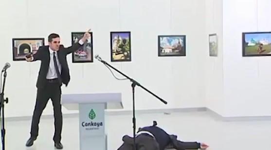 """Turchia, terrorista uccide ambasciatore russo: """"Vendetta per Aleppo"""""""