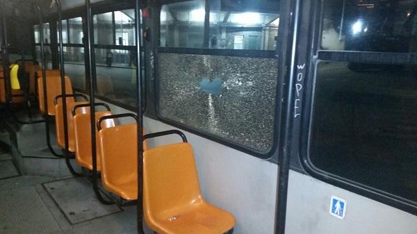Napoli, paura sull'autobus: sasso sfonda due vetri e cade fuori