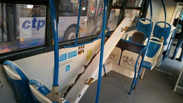 Paura a Scampia, portellone vola da autobus in marcia