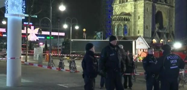 """Attacco a Berlino, voci su ragazza italiana dispersa. Dubbi sul fermato: """"Autore strage forse ancora libero e armato"""""""