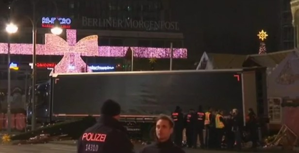 Attentato a Berlino, camion fa strage al mercato di Natale: morti e feriti, è partito dall'Italia
