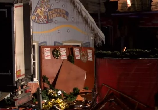 Attentato a Berlino, camion sul mercato di Natale: 9 morti