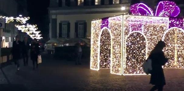 Napoli, al centro si accendono le luci di Natale
