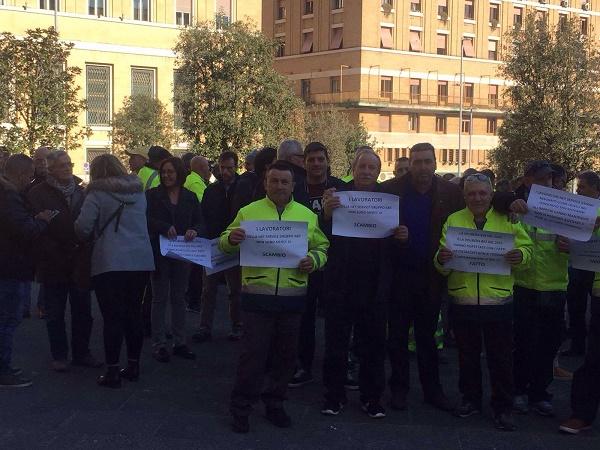 """Napoli, lavoratori Net Service protestano sotto il Comune: """"Rispettare l'impegno di assorbirci in Abc"""""""