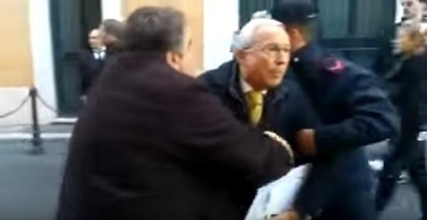 """Caccia ai politici: i Forconi """"arrestano"""" l'ex deputato Napoli, bagarre fuori a Montecitorio"""