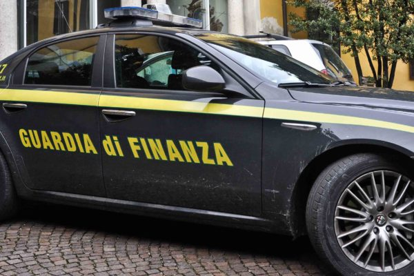 "Marcianise: blitz dei finanzieri al ""Tarì"", sequestrati falsi gioielli 'Pandora'"