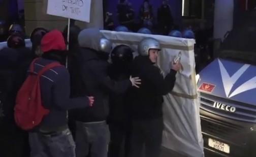 Protesta a Bologna, ancora cariche sugli studenti