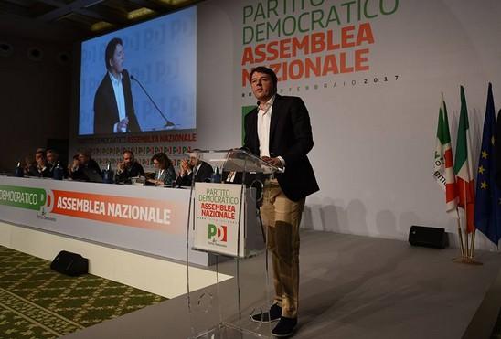 """Pd, Renzi si dimette e sfida la minoranza: """"Non potete chiedermi di non candidarmi"""". Scissione a un passo"""