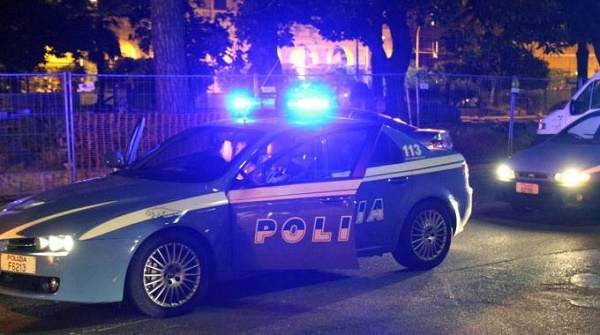"""Napoli, la polizia interrompe """"serenata"""" a Bagnoli. Sanzionati cantante neomelodico e il suo manager"""