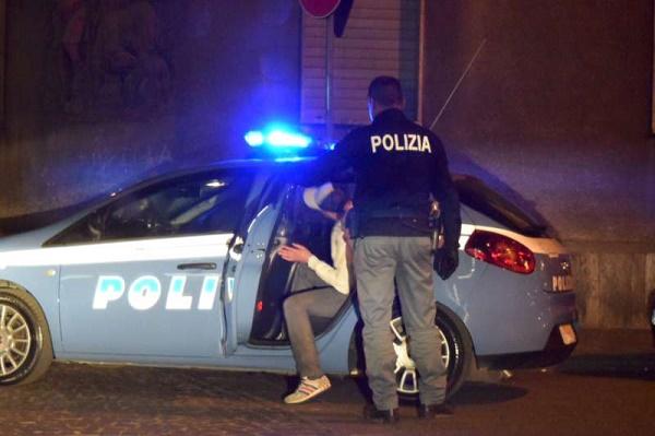 Napoli, aggredisce poliziotti a Cavalleggeri d'Aosta: 25enne arrestato per tentato omicidio