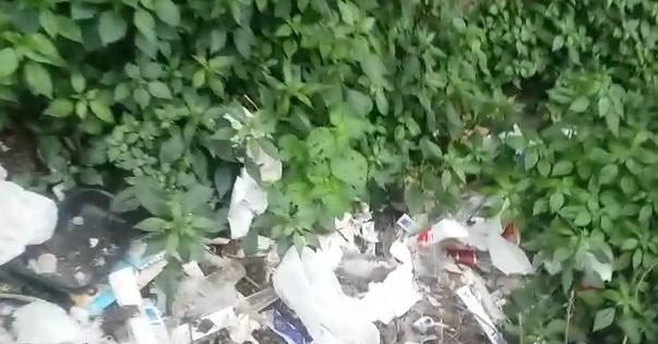 Napoli, ancora distesa di rifiuti sulle scale Filangieri