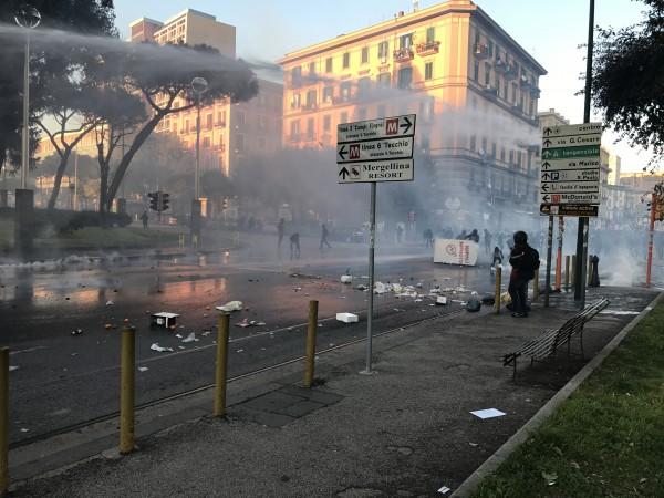 Napoli, scontri e cariche al corteo Anti Salvini