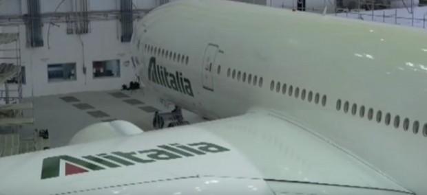Alitalia, oltre 2mila esuberi e tagli salariali fino al 30%: sciopero il 5 aprile