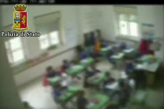 Amorosi, schiaffi e calci a piccoli alunni: sospesa maestra