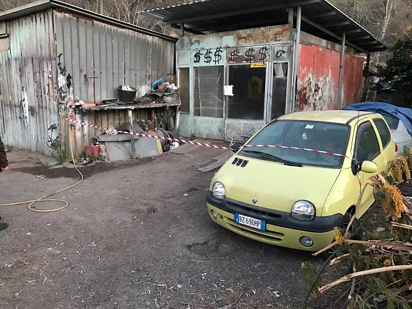 Napoli, sequestrata autocarrozzeria abusiva ad Agnano: trovati rifiuti speciali, denunciato titolare