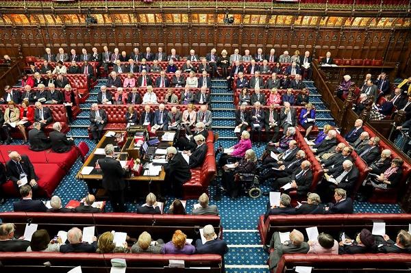 """Brexit, la Camera dei Lord beffa il governo: """"Garantire i diritti ai cittadini Ue"""""""