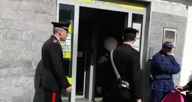 Napoli, estorcevano pensione a invalido di Cavalleggeri: arrestati padre e figlio