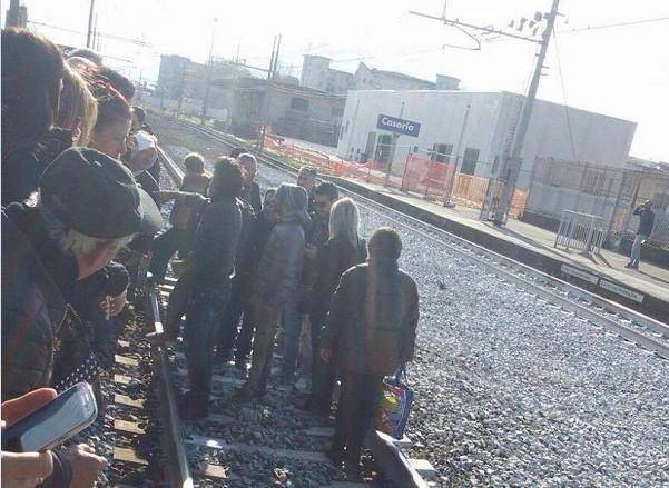 Casoria, cancellati treni regionali: pendolari invadono i binari per protesta