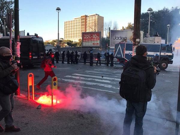 Napoli, guerriglia al corteo anti Salvini: decine di feriti