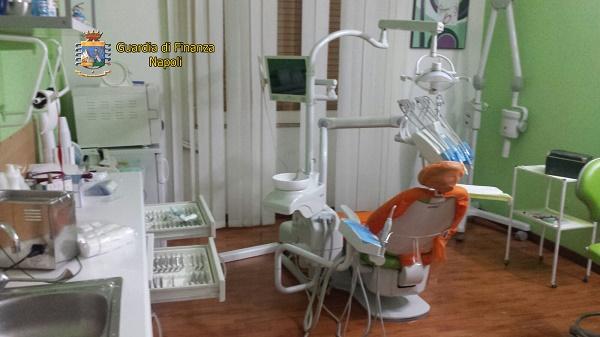 Napoli, falso dentista scoperto in via Epomeo