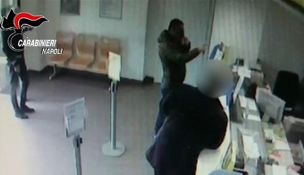Marigliano, banda in fuga dopo rapina all'ufficio postale: 3 arresti