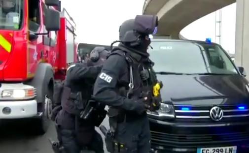 Torna il terrore a Parigi: ruba arma a militare allo scalo di Orly, ucciso assalitore