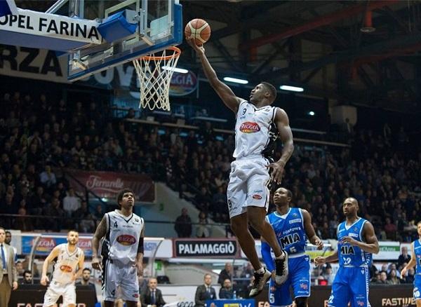 Basket, Caserta ko con Cantù