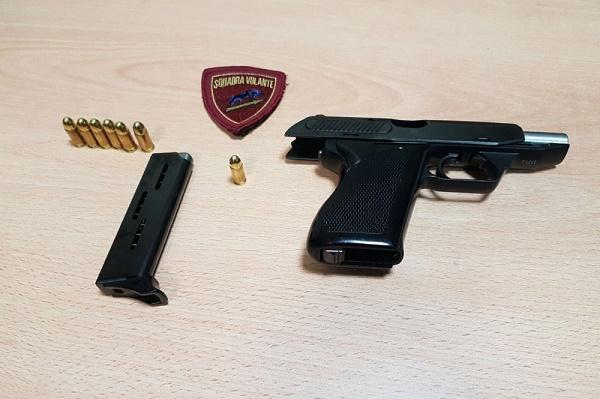 Napoli, trovati in strada pistola, cartucce e bilancino